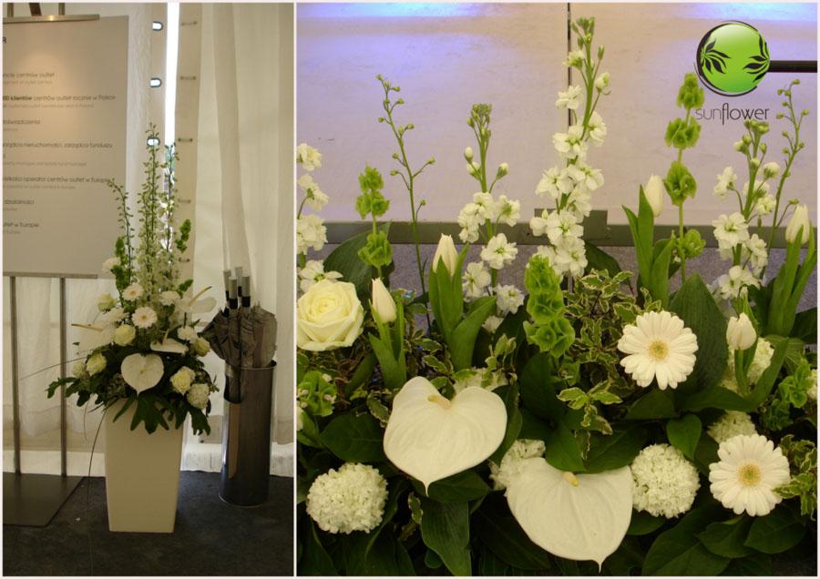 Białe kwiaty w wysokiej donicy