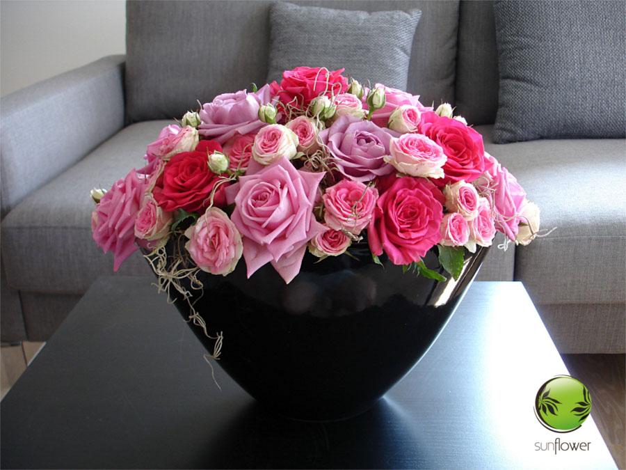Różowe kwiaty w czarnym wazonie
