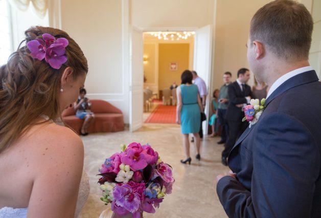 Para młoda przed wejściem na salę