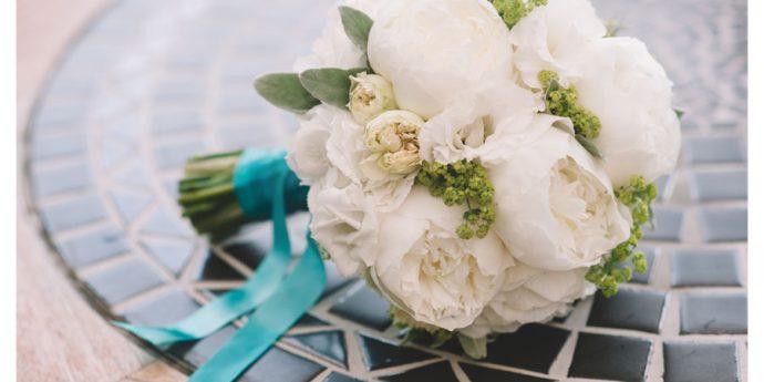 Biały bukiet na kamiennym stole