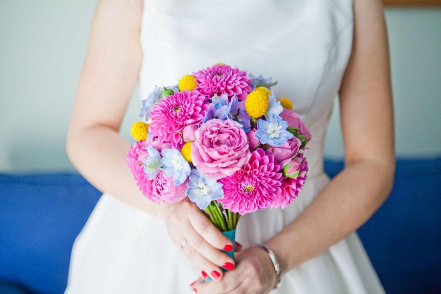 Kontrastowe kwiaty w dłoniach