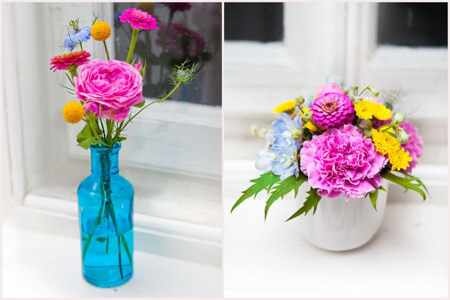 Kontrastowe kwiaty w wazonach