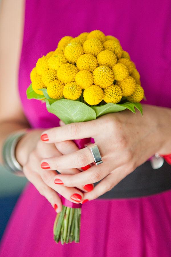 Żółty bukiecik w dłoniach
