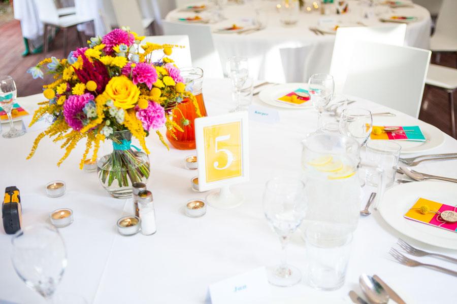 Wyraziste ozdoby na stole