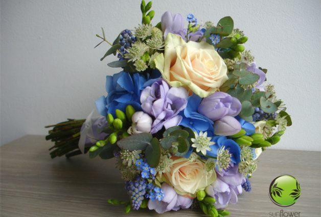 Kwiaty z niebieskiego bukietu