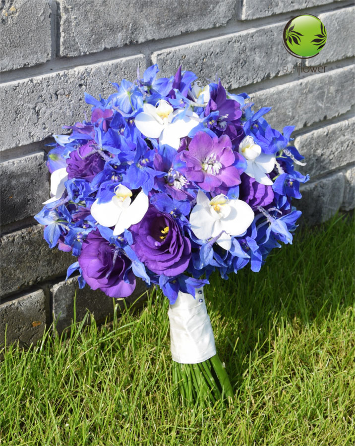 Niebiesko-białe kwiaty na trawie