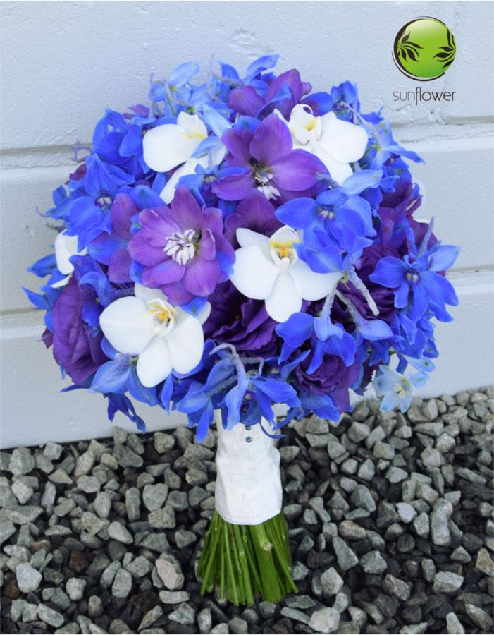 Niebiesko-białe kwiaty na kamieniach
