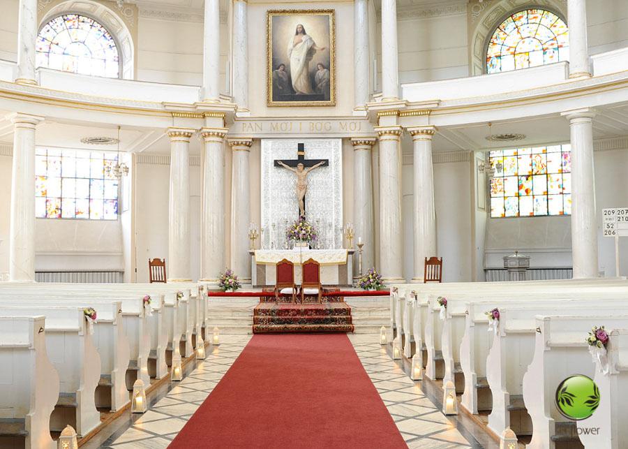 Przystrojony biały kościół