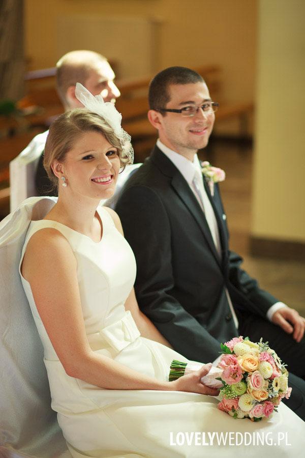 Uśmiechnięta para młoda