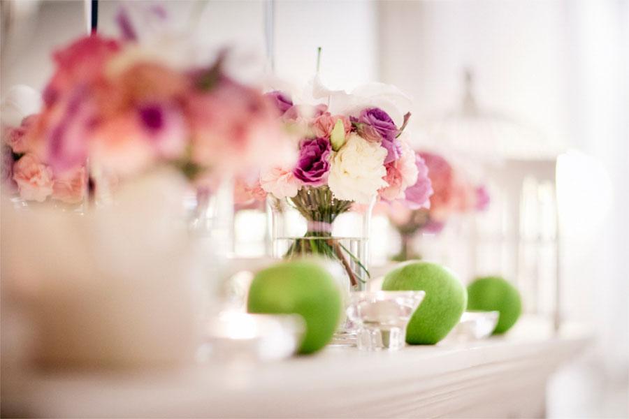 Fioletowe kwiaty i jabłka