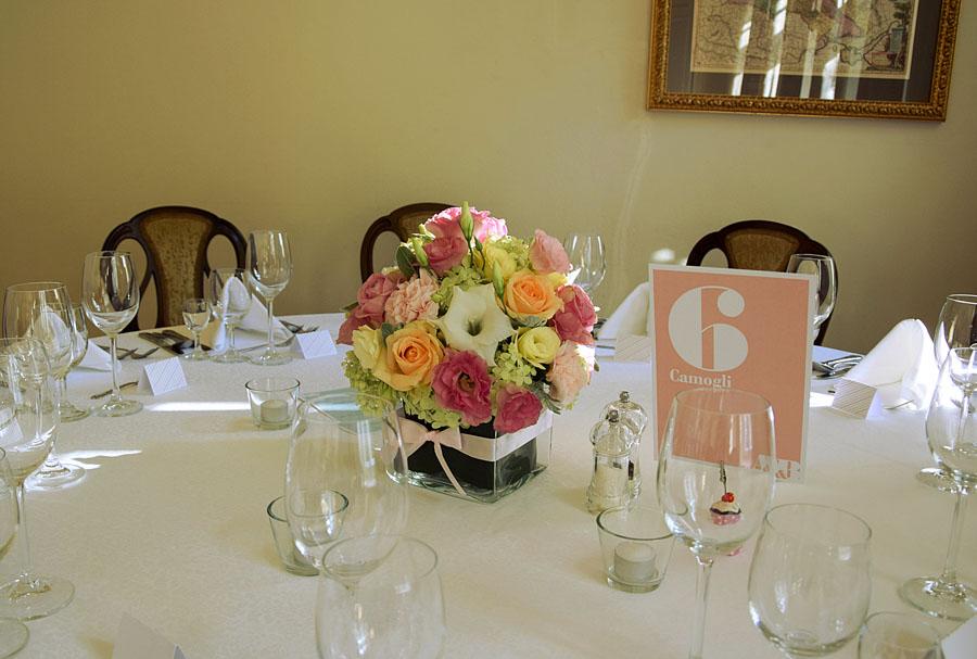 Różowa kartka na stole i kwiaty