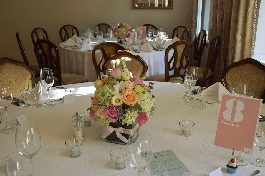Kwiaty na stole i różowa kartka