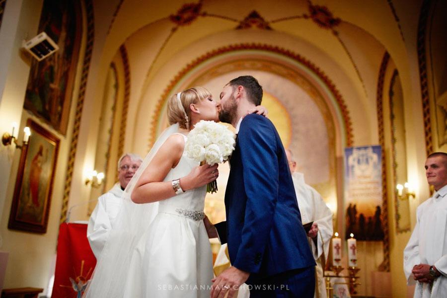 Pocałunek pary młodej w kościele