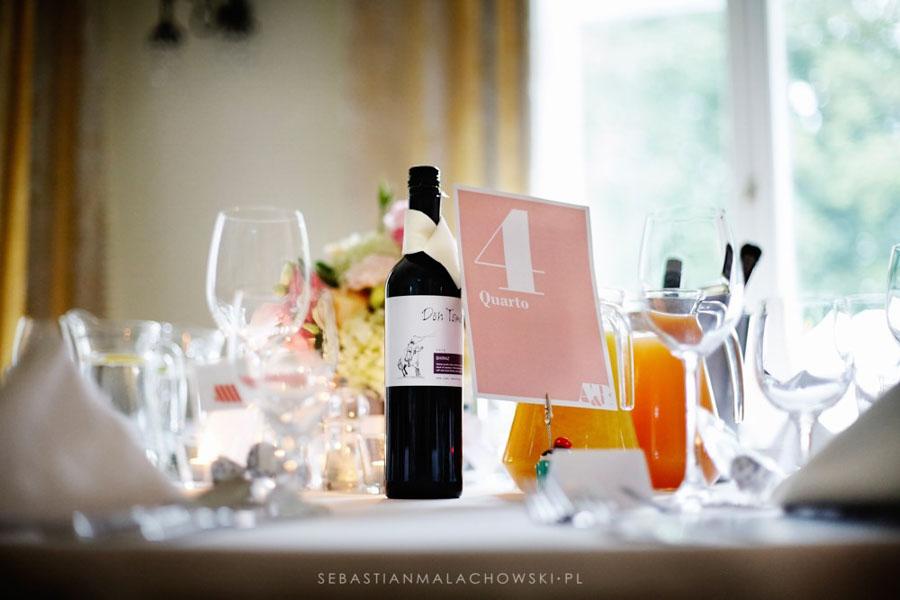 Wino i kartka z numerem stolika