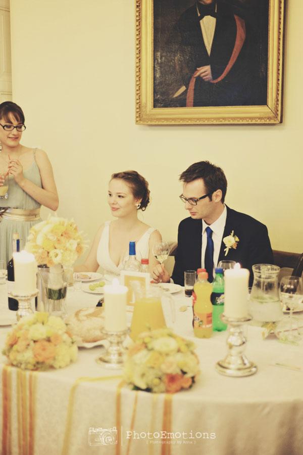 Państwo młodzi przy stole