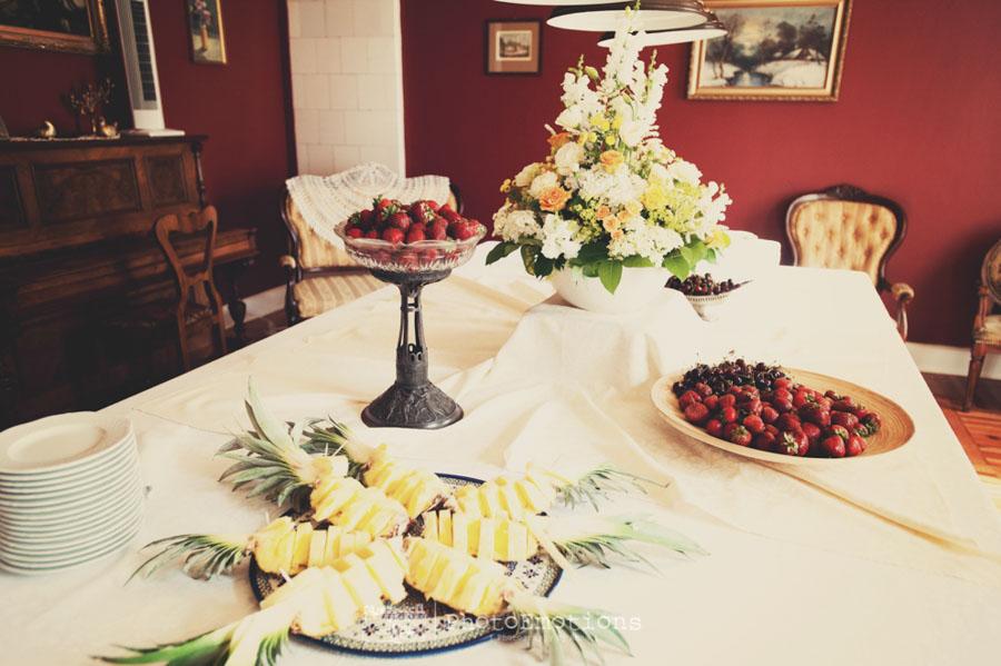 Truskawki i ananasy na stole