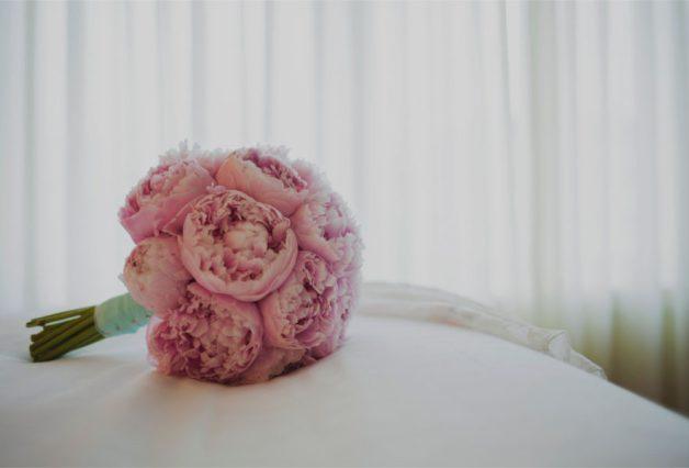 Różowy bukiecik i białe materiały