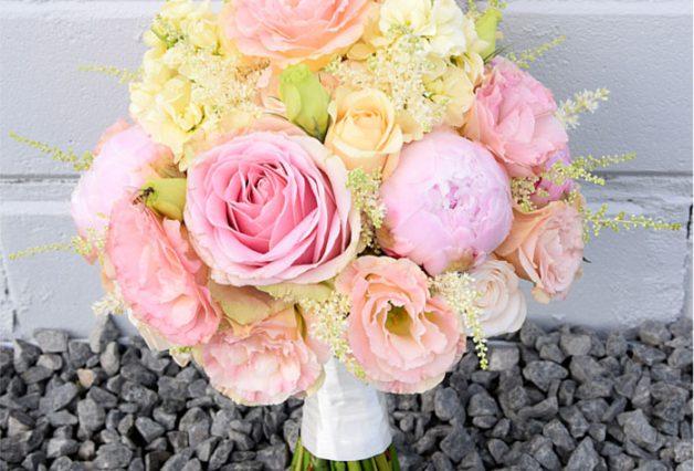 Różowy bukiet na kamieniach