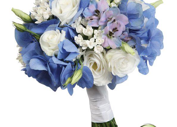 Niebieskie kwiaty z białymi w bukiecie