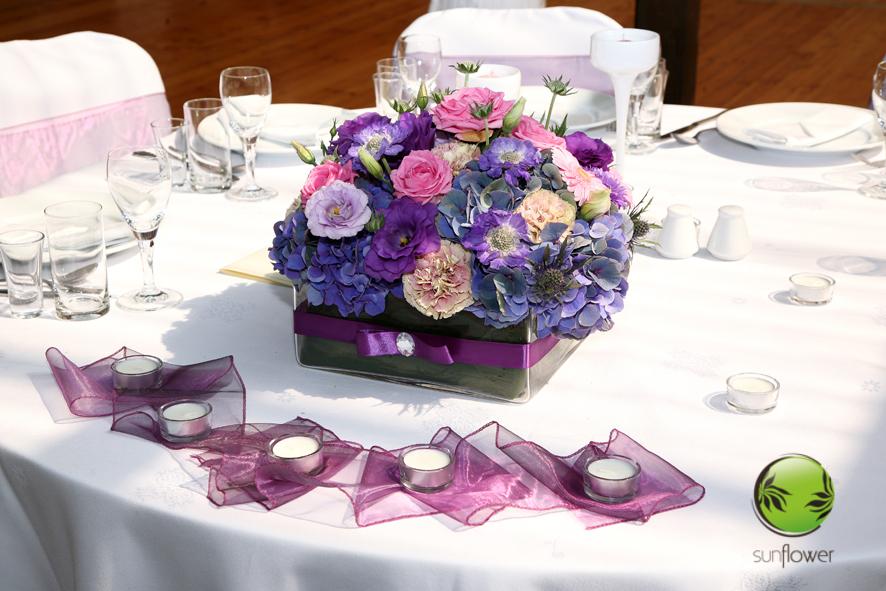 Kwadratowy wazon i fioletowe kwiaty