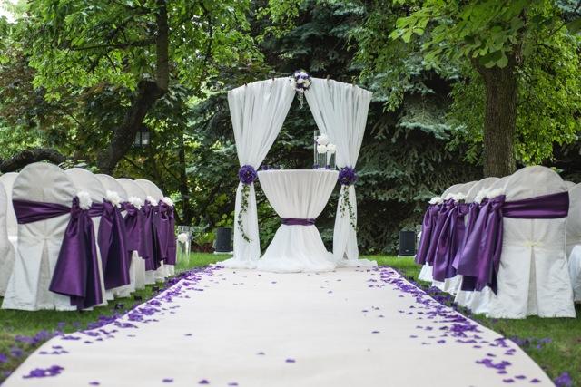 Biało-fioletowy wystrój ślubny