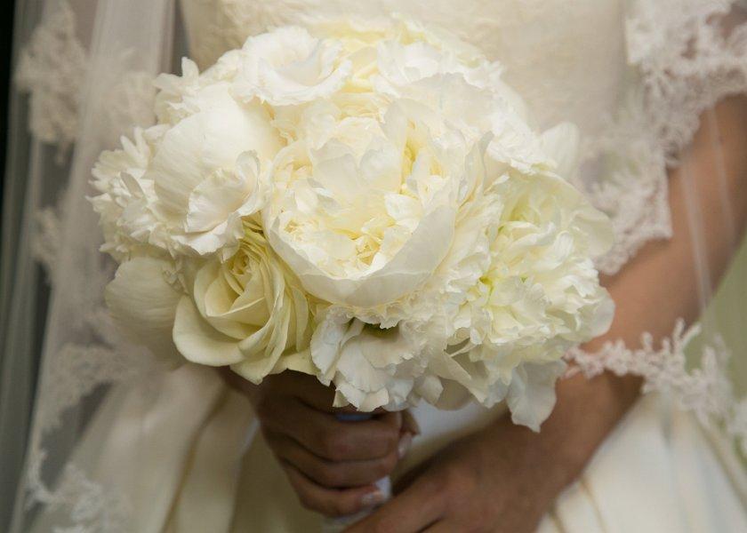 Białe kwiaty w dłoniach
