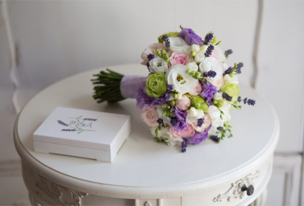Biało-fioletowy bukiet i pudełko