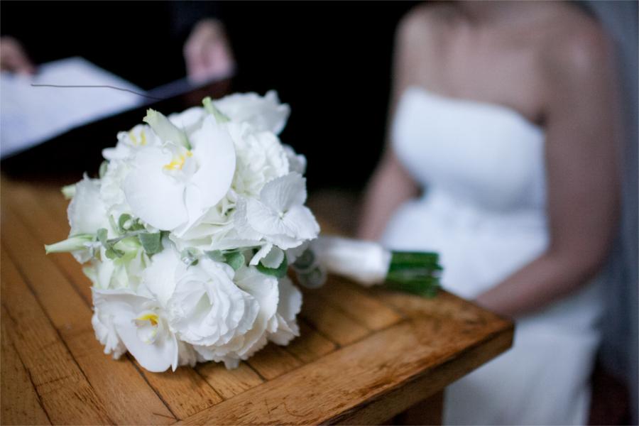 Biały bukiet na drewnianym stole