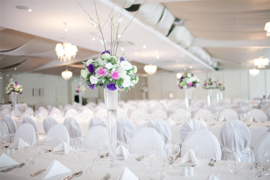 Biała sala z fioletowymi kwiatami