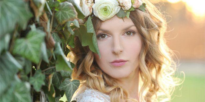 Panna młoda i kwiaty we włosach