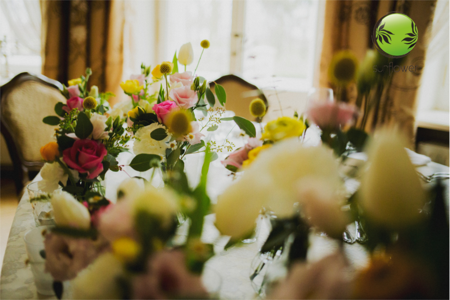 Różnorodne kwiaty na stole