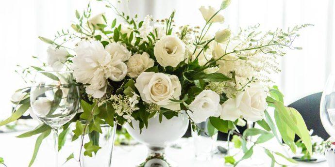 Zielone liście i białe kwiaty