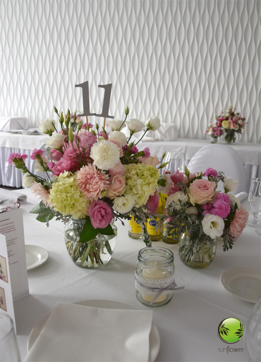 Różowe kwiaty z numerem stołu