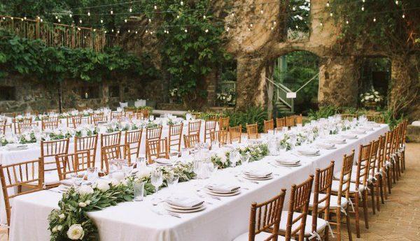 Przyjęcie weselne w starym otoczeniu