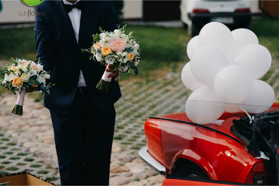 Bukiety i balony przy samochodzie
