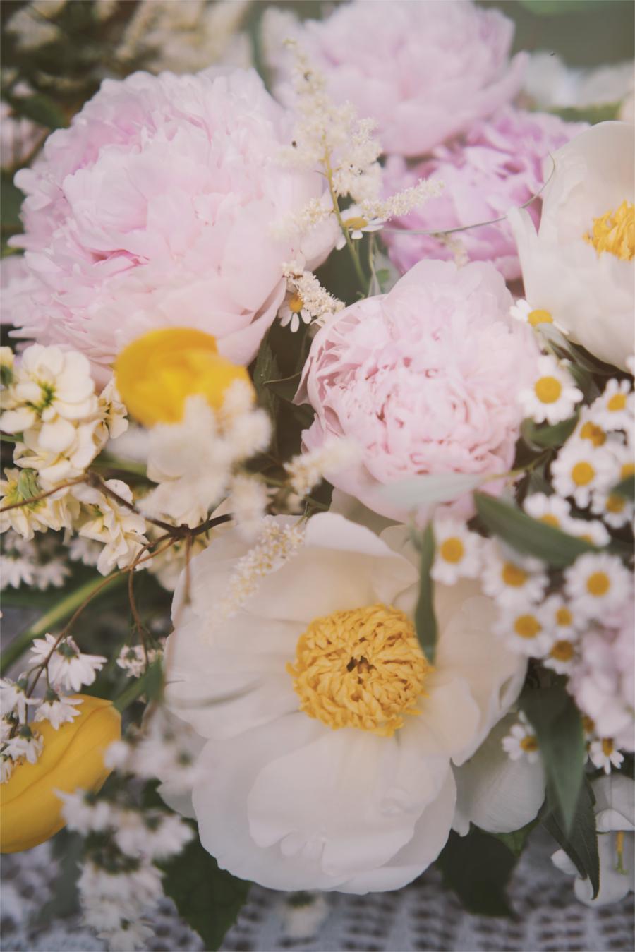 Różowo-żółte kwiaty w bukiecie