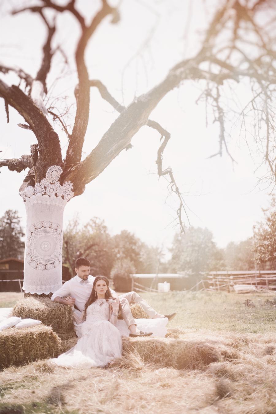 Para młoda przy drzewie