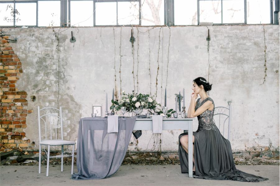 Kobieta przy rustykalnym stole weselnym
