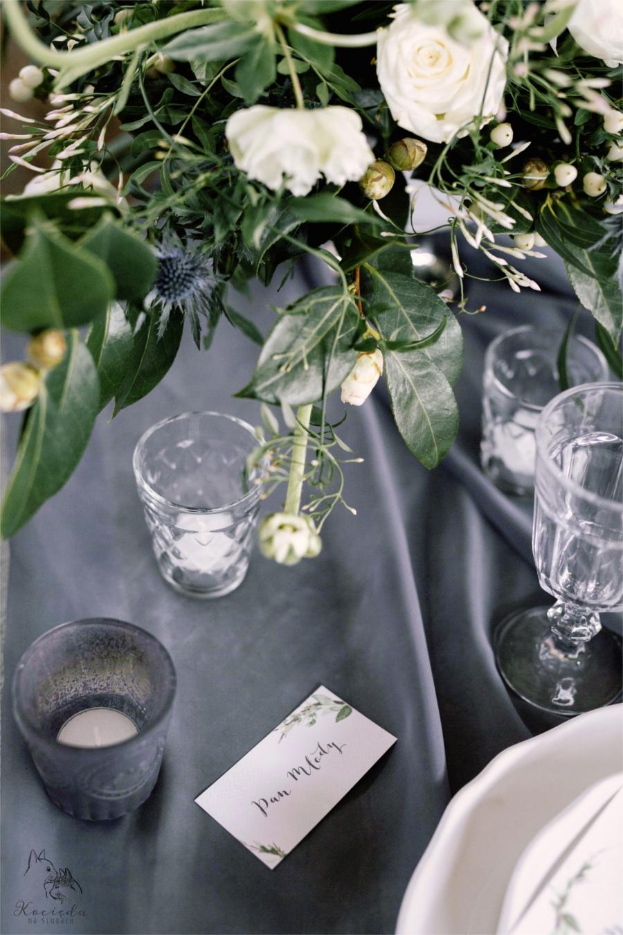 Szary stół i karteczka