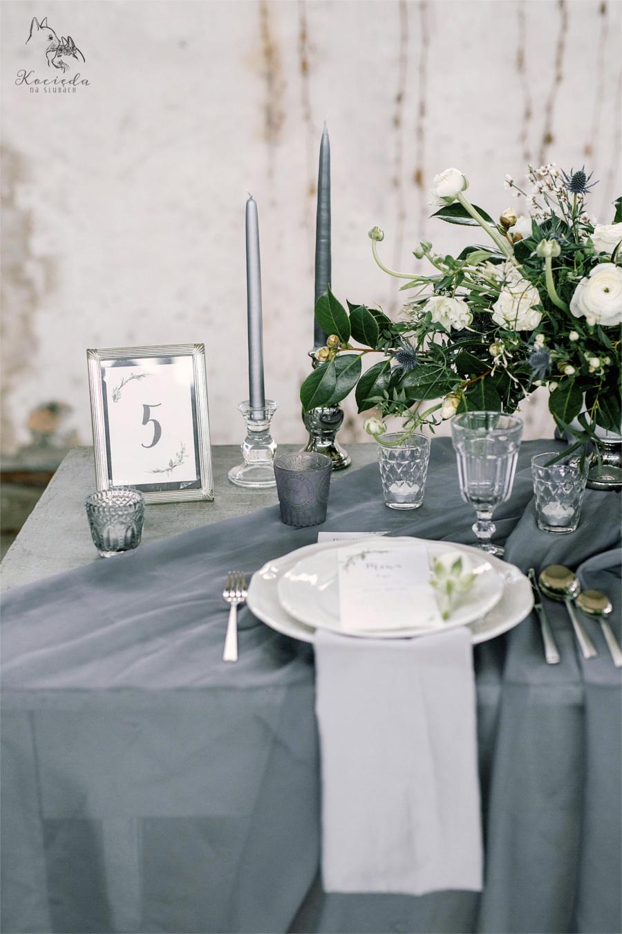 Szary stół i elegancka zastawa