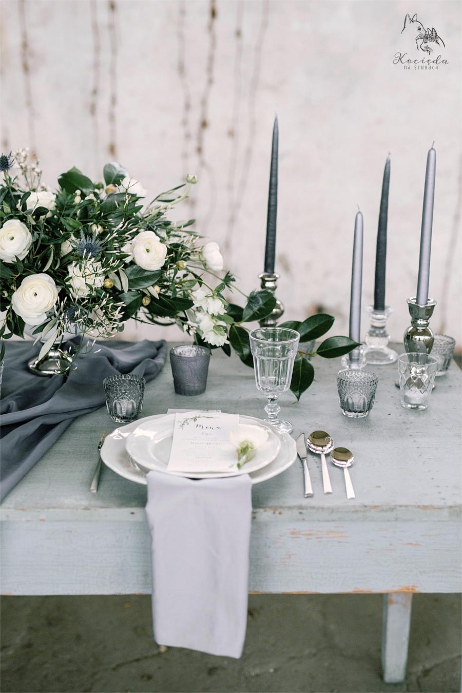 Szary stół i stonowana dekoracja