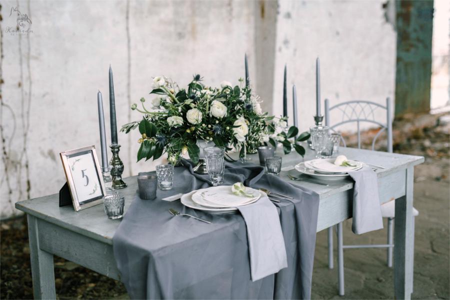Szary stół i szare dekoracje