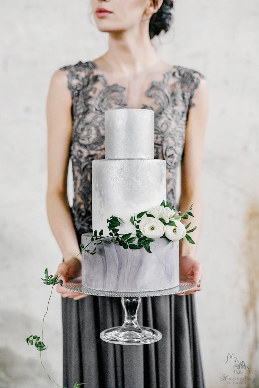Kobieta trzymająca srebrzysty tort