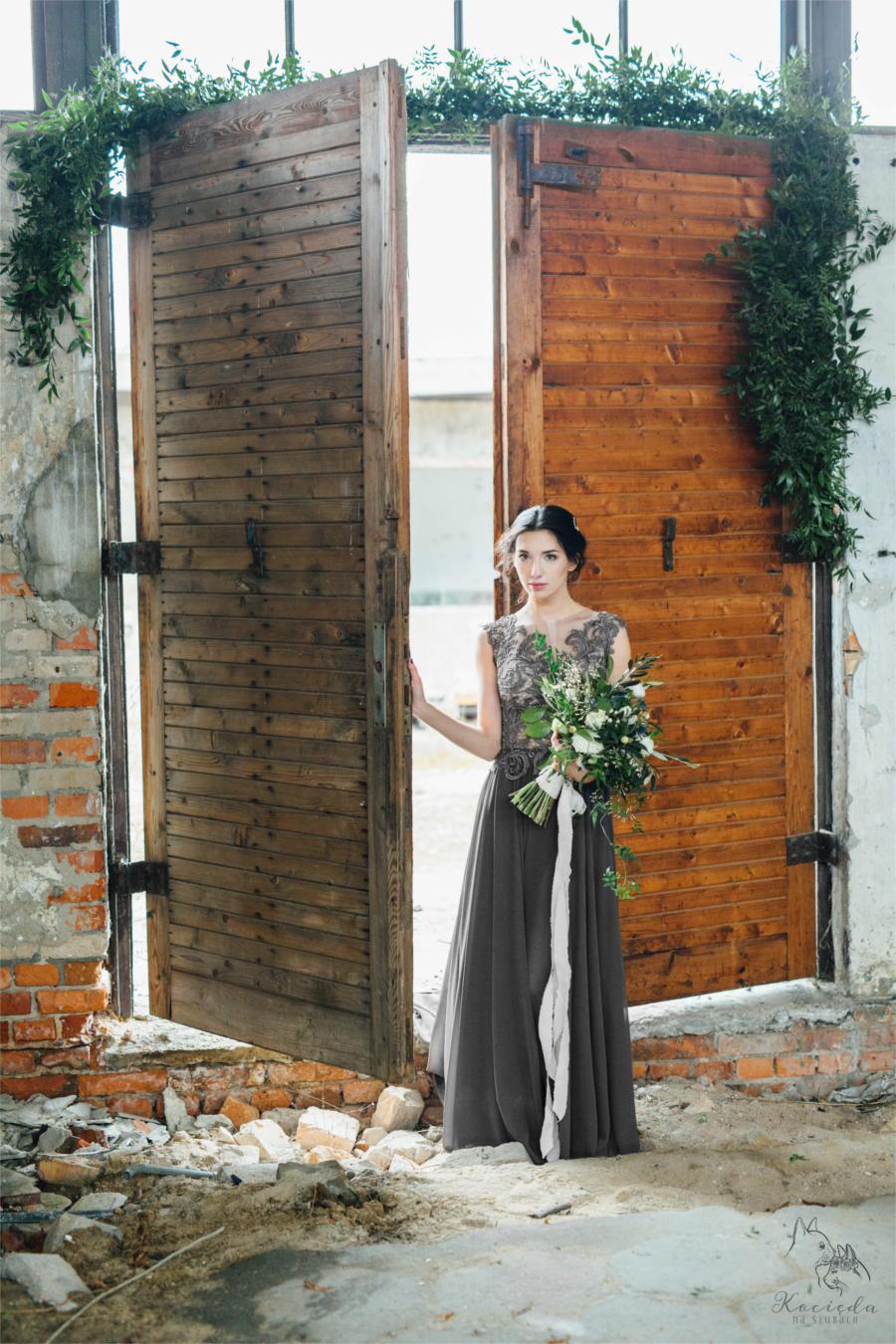 Kobieta przy uchylonych drzwiach