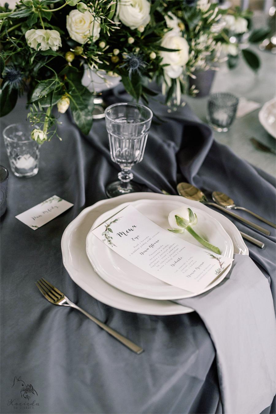 Zastawa weselna na szarym stole