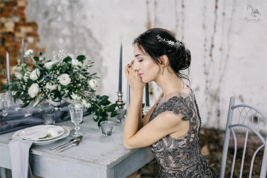 Kobieta przy szarym stole