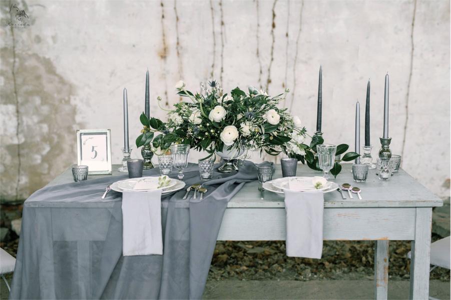 Szary stolik weselny z zastawą