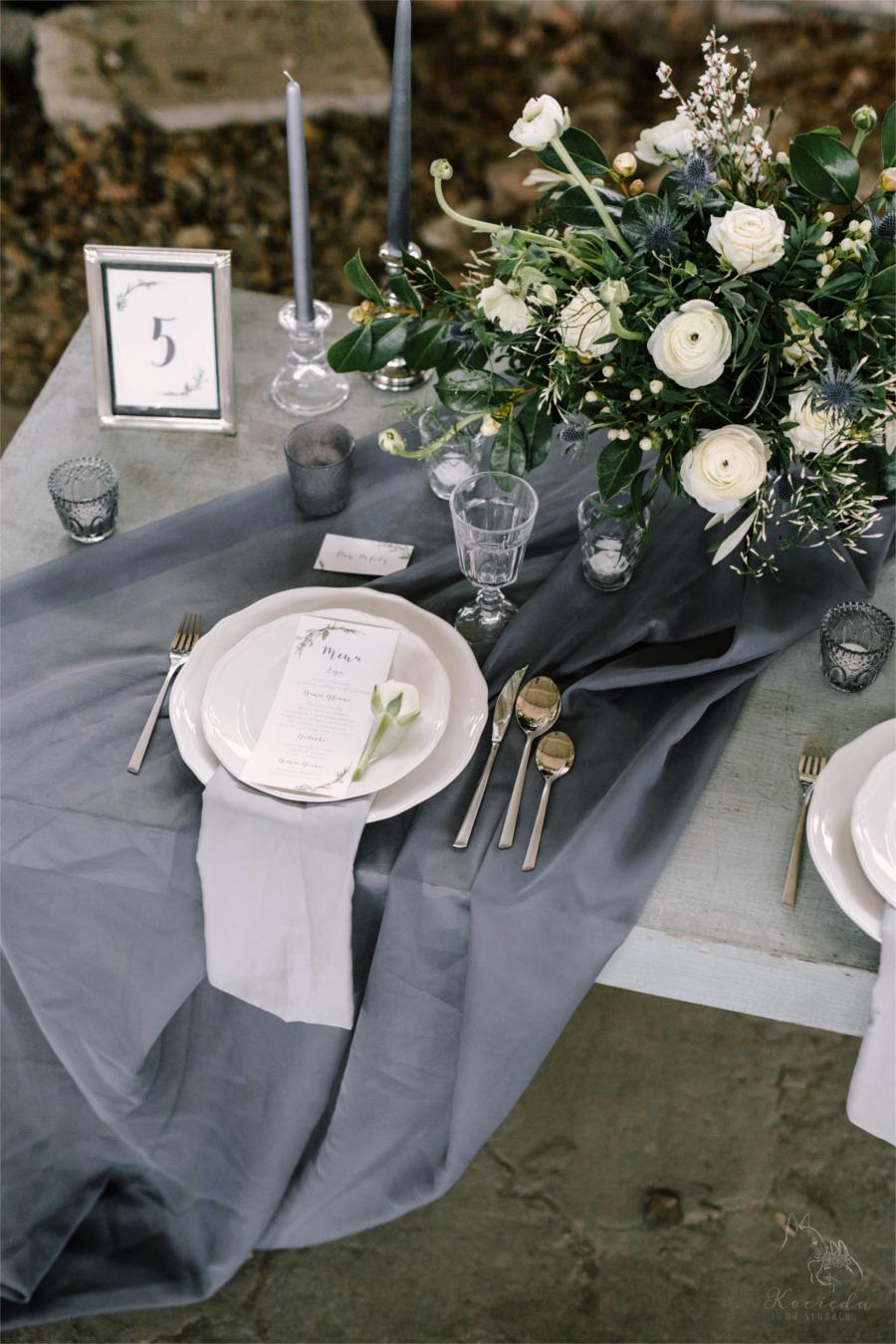 Zastawa weselna z szarą dekoracją
