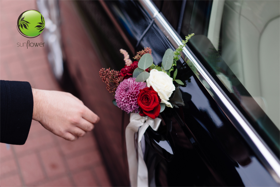 Czerwone kwiaty na drzwiach samochodu