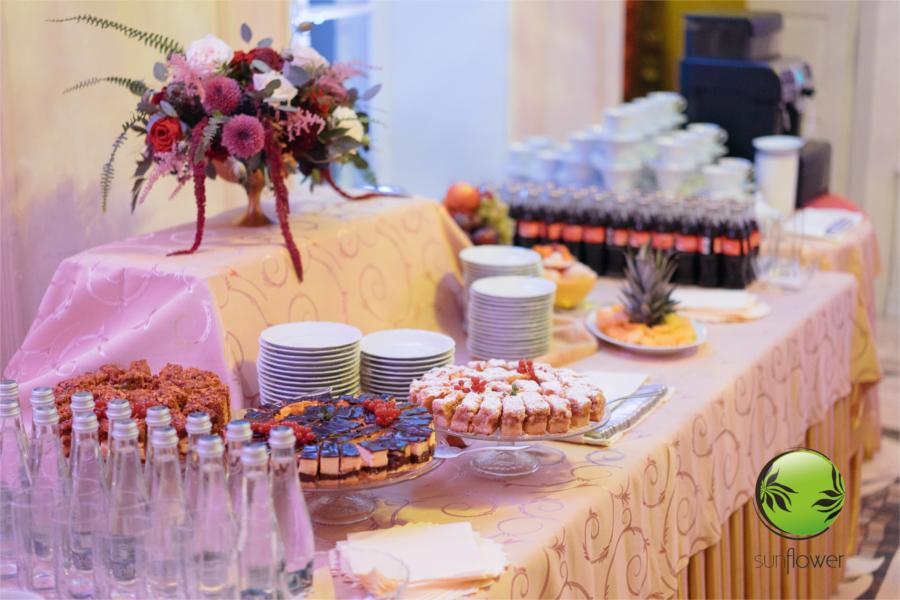 Stół z ciastem i napojami